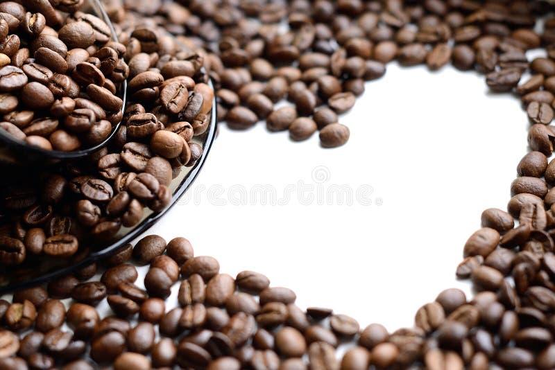 Hjärta som göras av kaffebönor - lagerföra fotoet royaltyfri bild