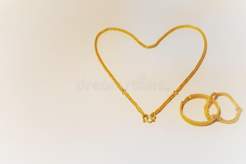 HJÄRTA som göras från den guld- halsbandet royaltyfri foto
