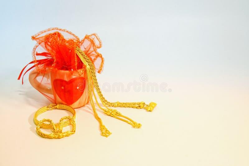 HJÄRTA som göras från den guld- halsbandet royaltyfri fotografi