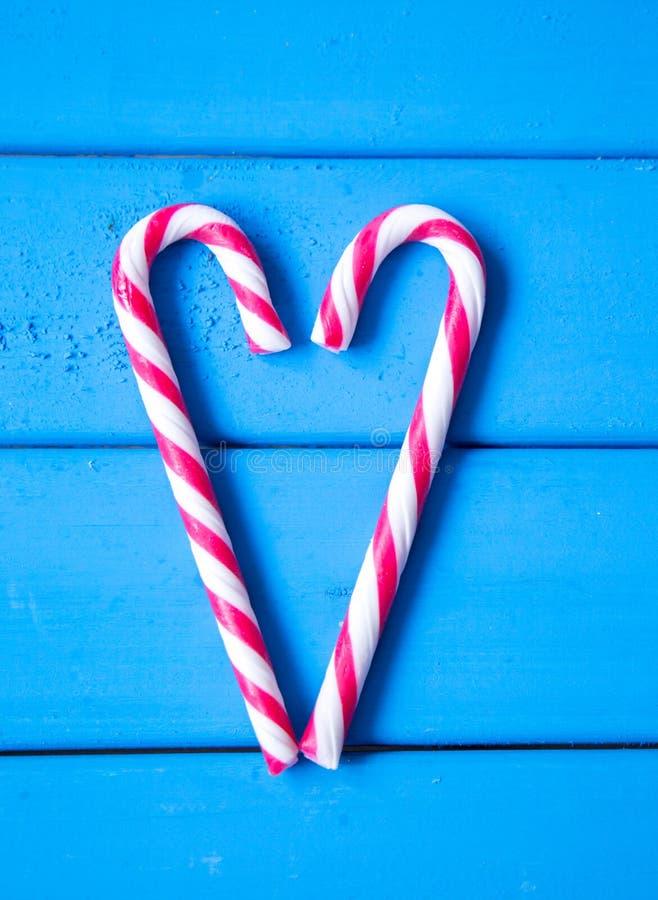Hjärta som göras från julgodisen Förälskelse är lite varstans oss arkivfoto
