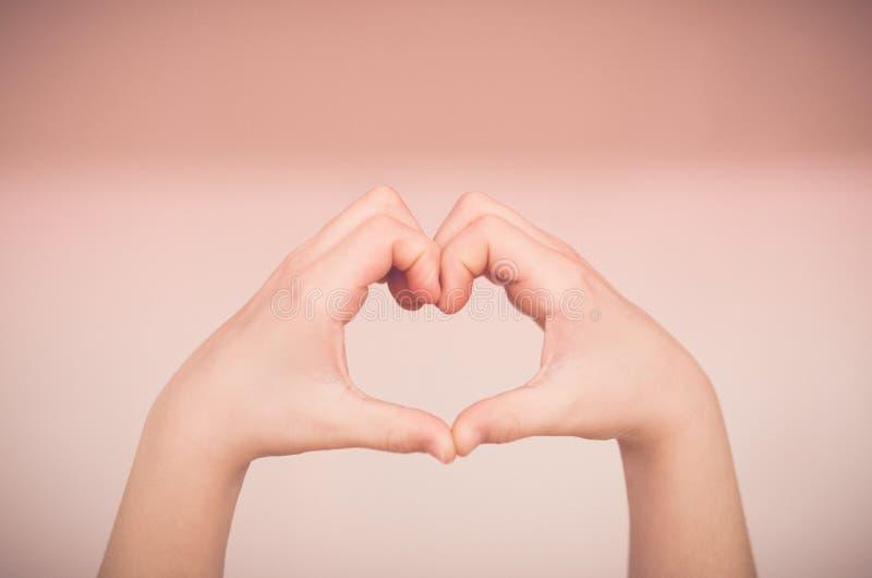 Hjärta som göras med händer arkivbild