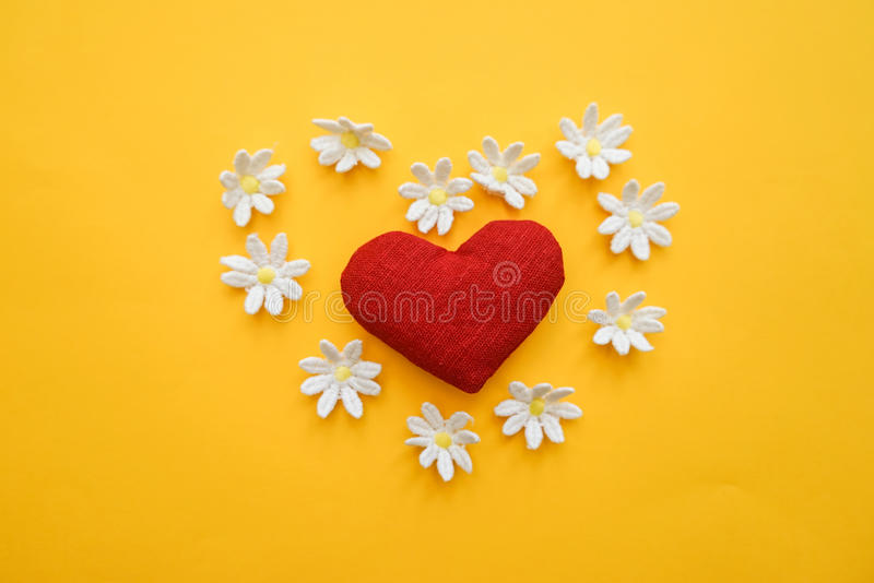 Hjärta som göras med händer med blommor arkivbild