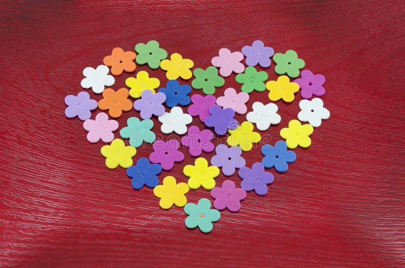Hjärta som göras ut ur färgrika pappers- blommor royaltyfri bild