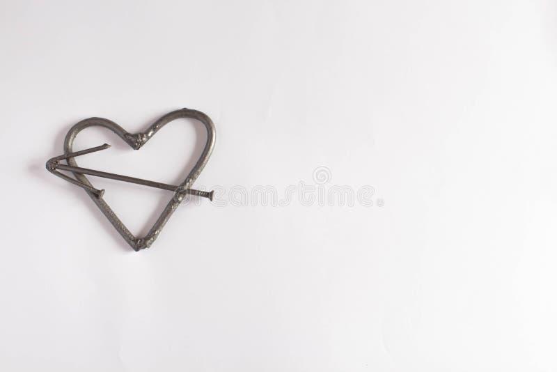 hjärta spikar Begrepp för faderdag Valentindagbakgrund med hjärta för textutrymmejärn av spikar manlig brutal hjärta royaltyfria foton