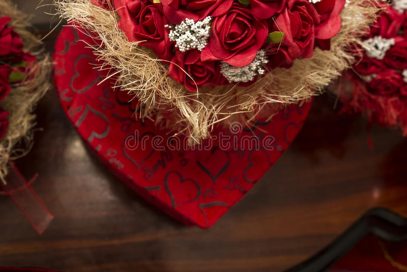 Hjärtaask och rosor royaltyfri foto