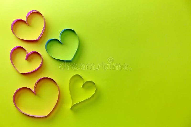 Hjärtaband på för pappersbakgrund, vård- dagbakgrund för begrepp och valentindagbakgrund arkivfoto