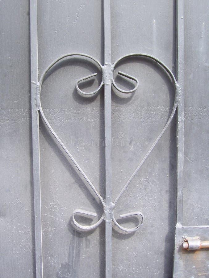 Hjärtadesign på metalldörr royaltyfria foton