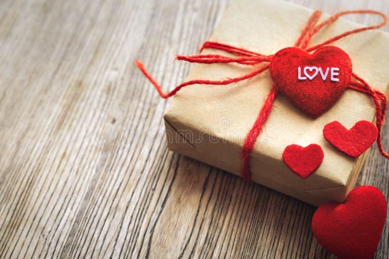Hjärtaform med FÖRÄLSKELSEord, gåvaask och blomma, kopieringsutrymme för att smsa royaltyfri bild
