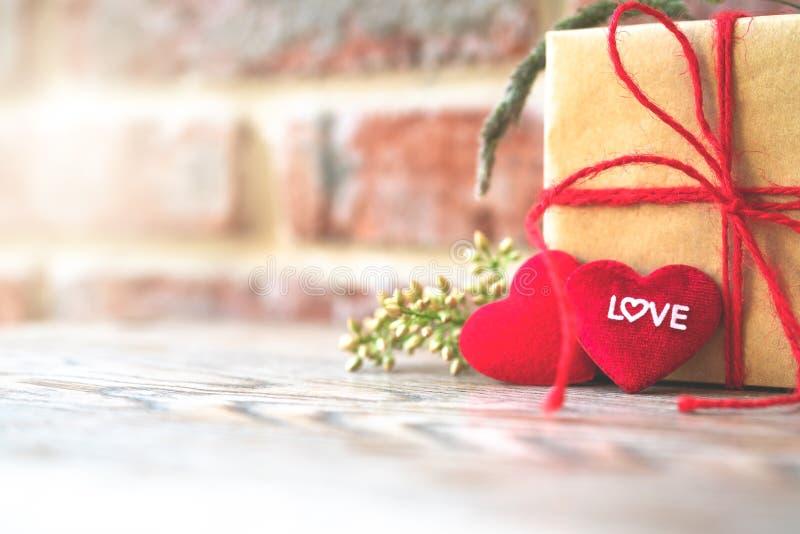 Hjärtaform med FÖRÄLSKELSEord, gåvaask och blomma, kopieringsutrymme för att smsa royaltyfri foto