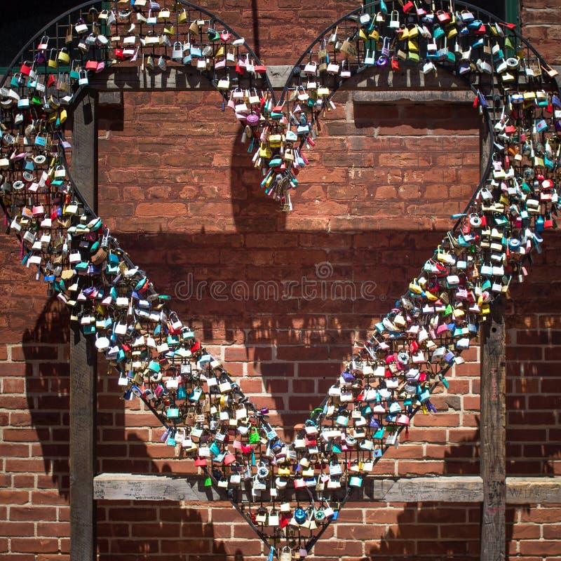 Hjärtaform med många lås arkivbild