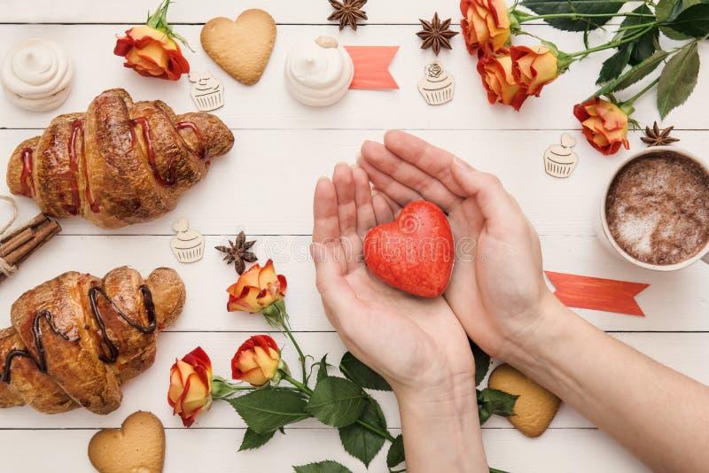 Hjärtaform på händerna Fira dag för valentin` s royaltyfri foto