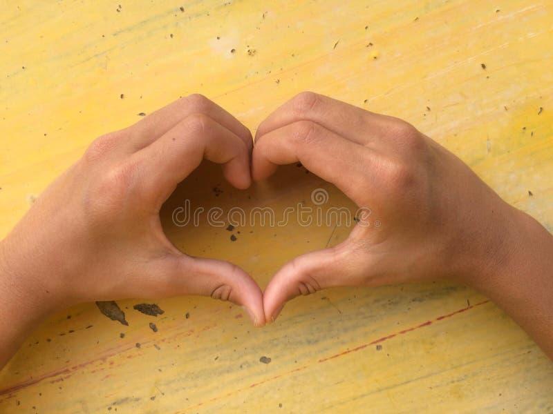 Hjärtaform som göras med barn, räcker, älskar begreppssymbol royaltyfri bild