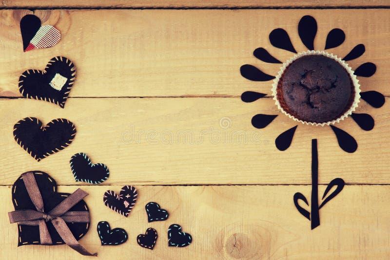 Hjärtaformer och blomma som göras från chokladmuffin royaltyfria bilder