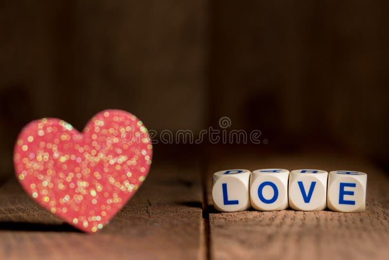 Hjärtaformer och förälskelsebokstäver för dag för valentin` s arkivfoton