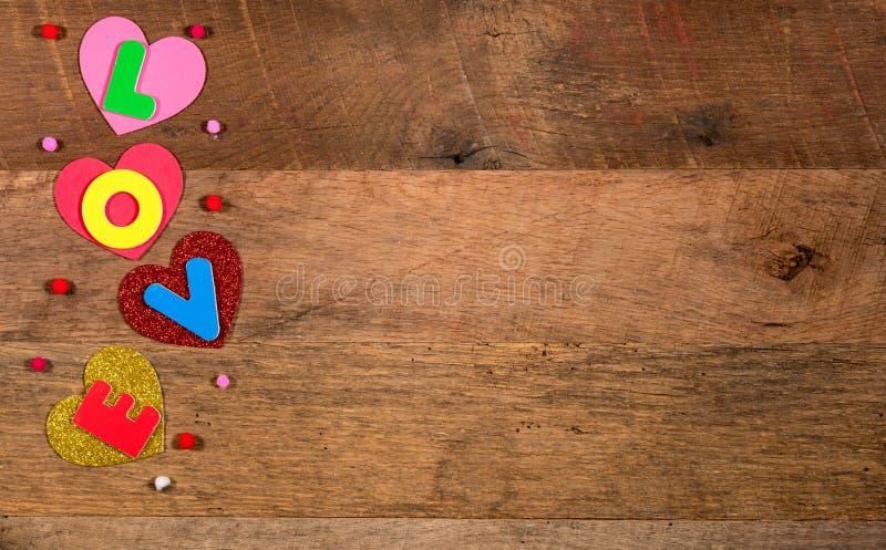 Hjärtaformer och förälskelsebokstäver för dag för valentin` s royaltyfria foton