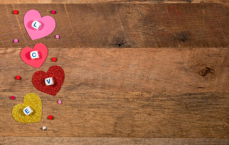 Hjärtaformer och förälskelsebokstäver för dag för valentin` s arkivfoto