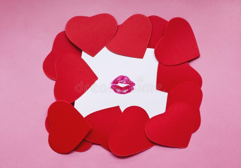Hjärtaformkort på kysst vitbok royaltyfria bilder
