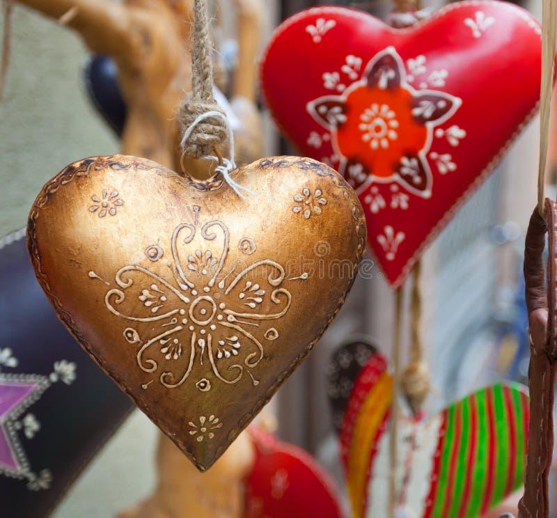 Hjärtahand som dekoreras i julstil royaltyfri bild