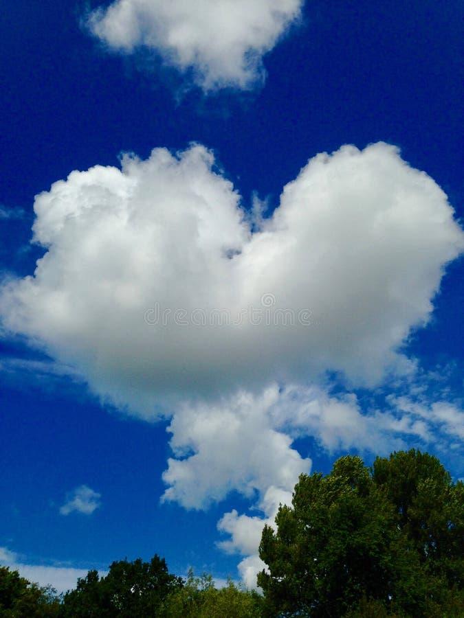 Hjärtamoln i himlen arkivfoton