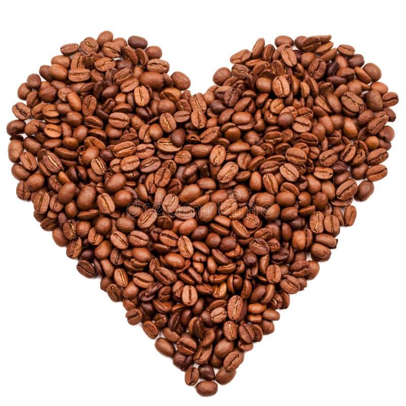 HjärtaShape som skapas från nya kaffebönor - linnebakgrund royaltyfria bilder