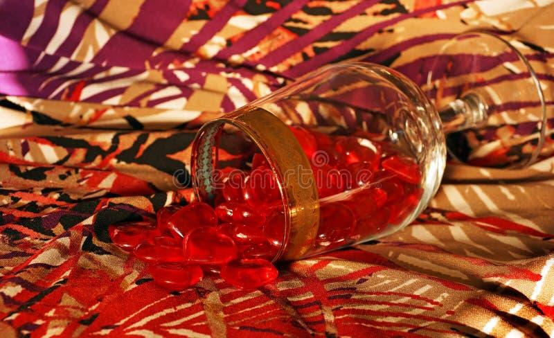 Hjärtaspill från vinexponeringsglaset royaltyfri fotografi