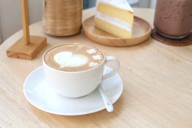 Hjärtasymbol på lattekaffekoppen royaltyfria bilder