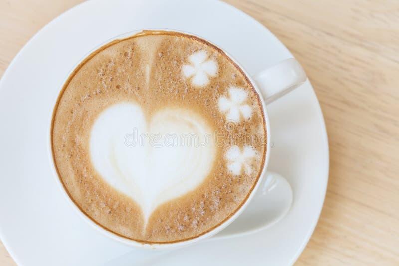 Hjärtasymbol på lattekaffekoppen royaltyfri foto