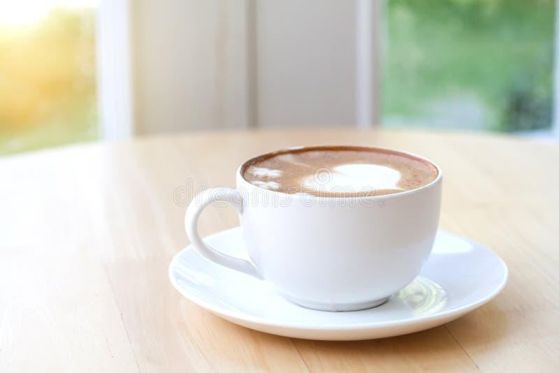 Hjärtasymbol på lattekaffekoppen fotografering för bildbyråer
