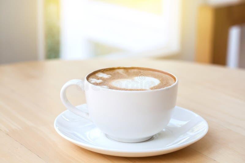 Hjärtasymbol på lattekaffekoppen royaltyfria foton