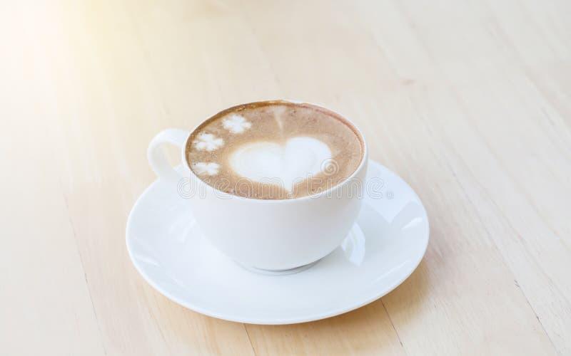 Hjärtasymbol på lattekaffekoppen royaltyfri fotografi