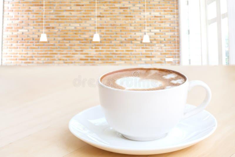 Hjärtasymbol på lattekaffekoppen arkivfoto