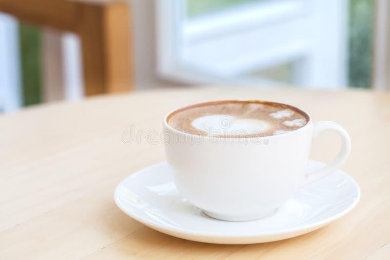Hjärtasymbol på lattekaffekoppen royaltyfri bild