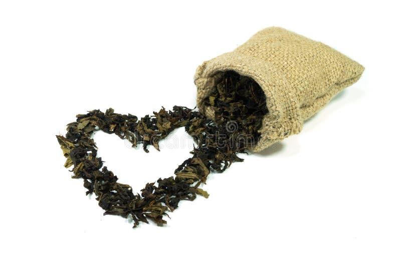 Hjärtasymbol som göras från torkade teblad arkivbild