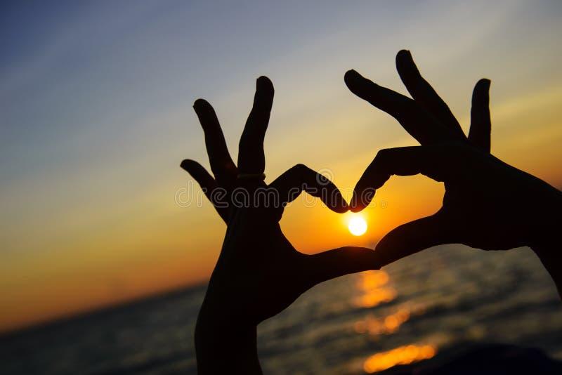 Hjärtasymbol som göras med händer royaltyfri fotografi
