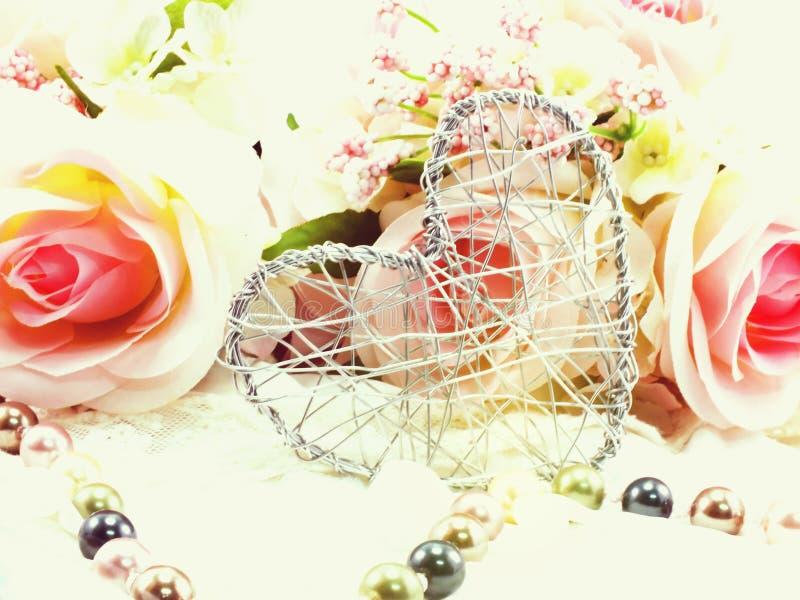 Hjärtasymbolgarnering med konstgjorda rosor blommar begrepp för bakgrund för dag för valentin` s royaltyfri illustrationer