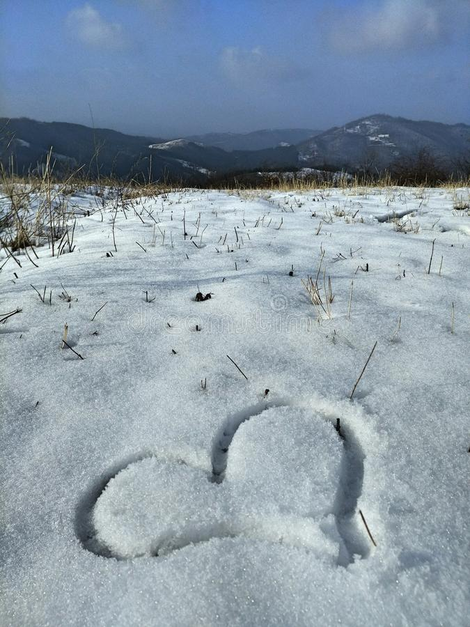 Hjärtateckning i snön royaltyfri bild