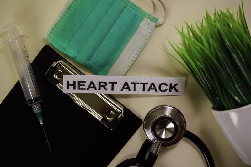 Hjärtinfarkt med inspiration och sjukvård/medicinskt begrepp på skrivbordbakgrund royaltyfria foton