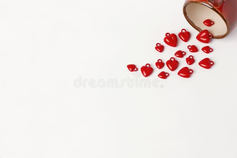 Hjärtor för kopp för valentindagbackround som röda isoleras på vit fotografering för bildbyråer