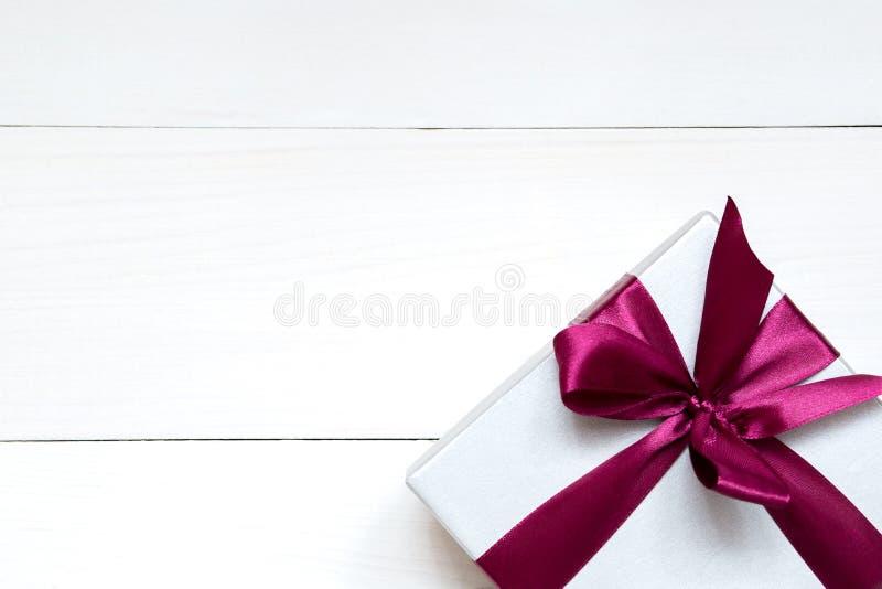 Hjärtor för valentindagleksak och gåvaask på den vita trätabellen, kopieringsutrymme royaltyfri fotografi