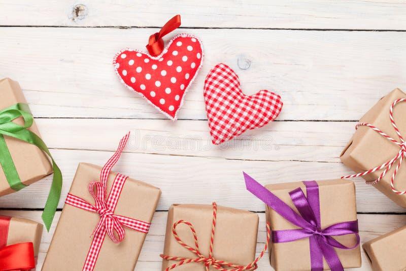 Hjärtor för valentindagleksak och gåvaaskar royaltyfria bilder