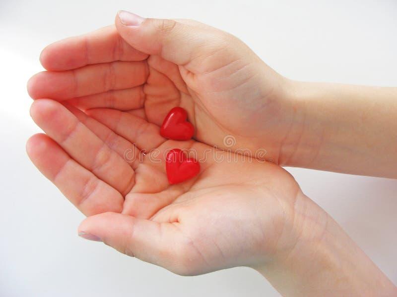 Hjärtor i barnhänderna arkivbilder