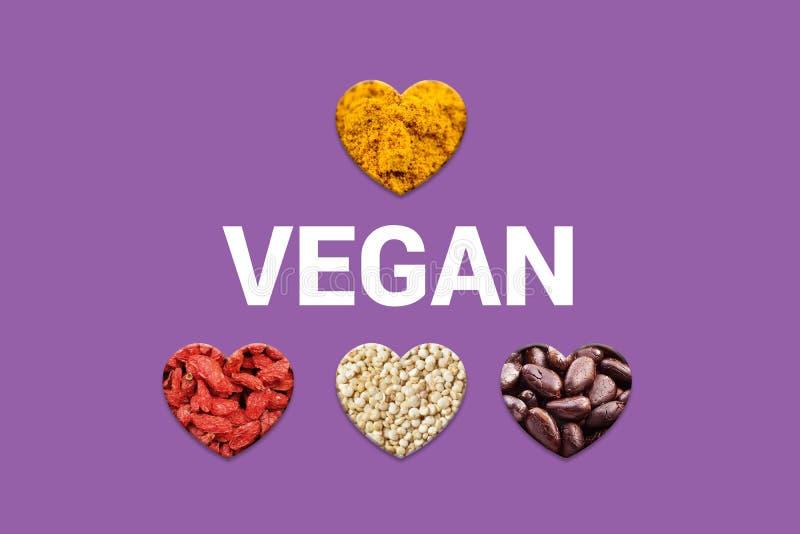 Hjärtor med kakaostift, vita quinoakorn, torkade gojibär och gurkmejapulver arkivfoton