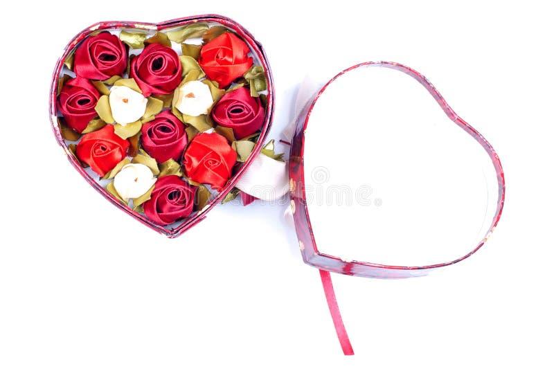 Hjärtor och blommor till valentin som isoleras på vit bakgrundsintelligens arkivbild