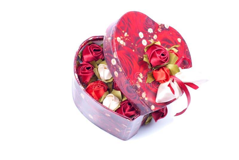 Hjärtor och blommor till valentin som isoleras på vit bakgrundsintelligens royaltyfri bild