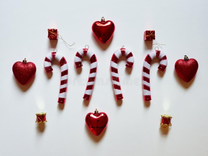 Hjärtor och gåvor för valsar för julgodisrotting på studion ovanför sikt över en vit bakgrund fotografering för bildbyråer