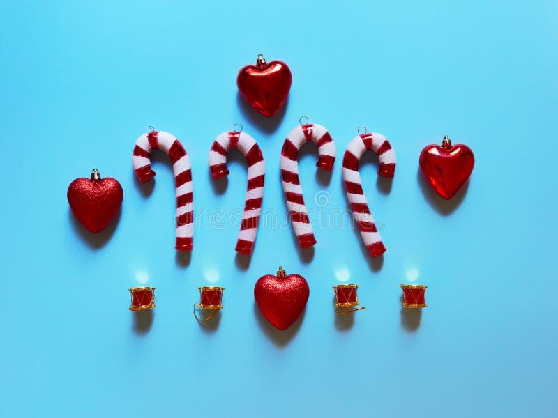 Hjärtor och gåvor för valsar för julgodisrotting på studion ovanför sikt över ett ljust - flatlay blå bakgrund royaltyfri foto