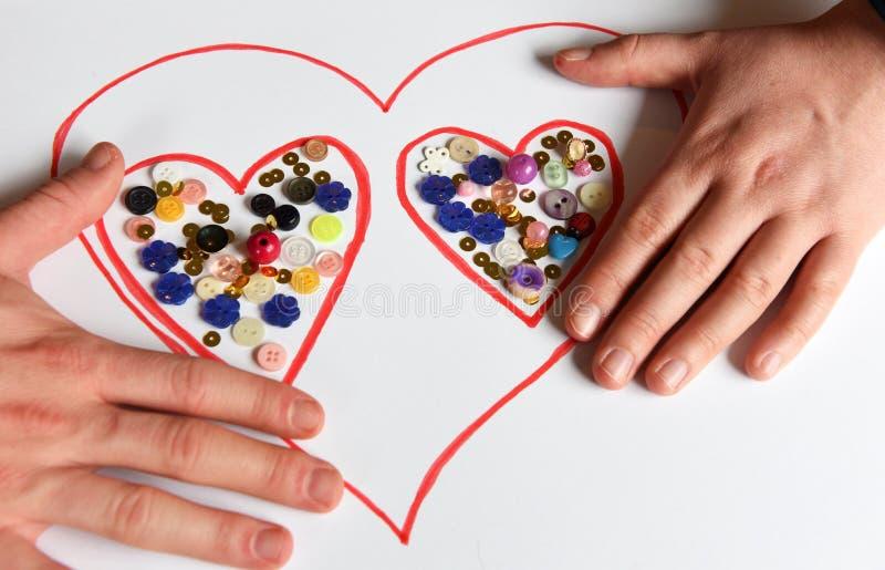 Hjärtor som göras av papper och pärlor royaltyfria foton