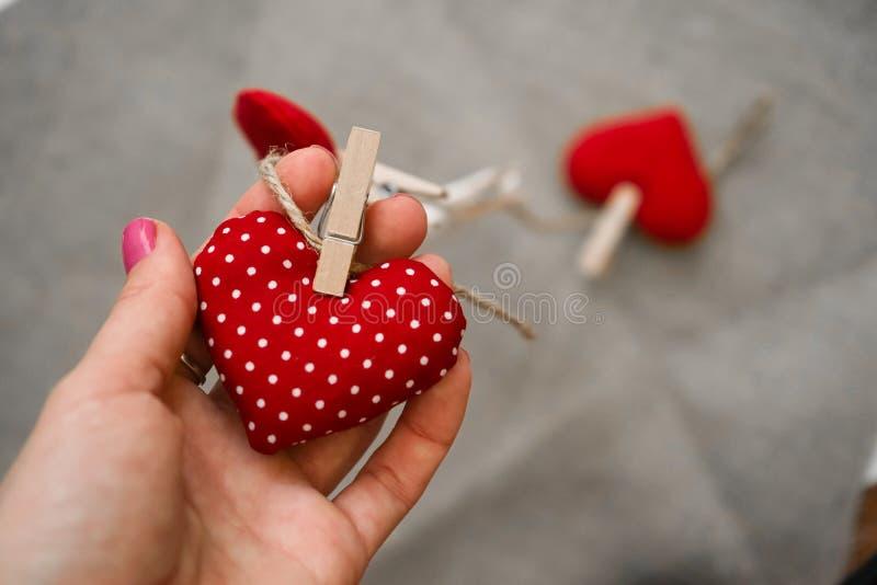 Hjärtor som göras med händer arkivbild