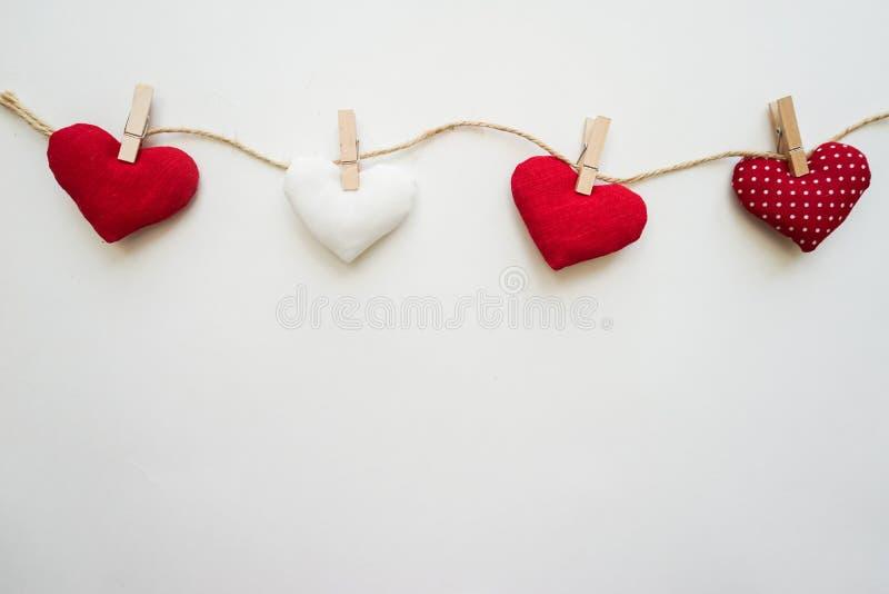 Hjärtor som göras med händer arkivfoton