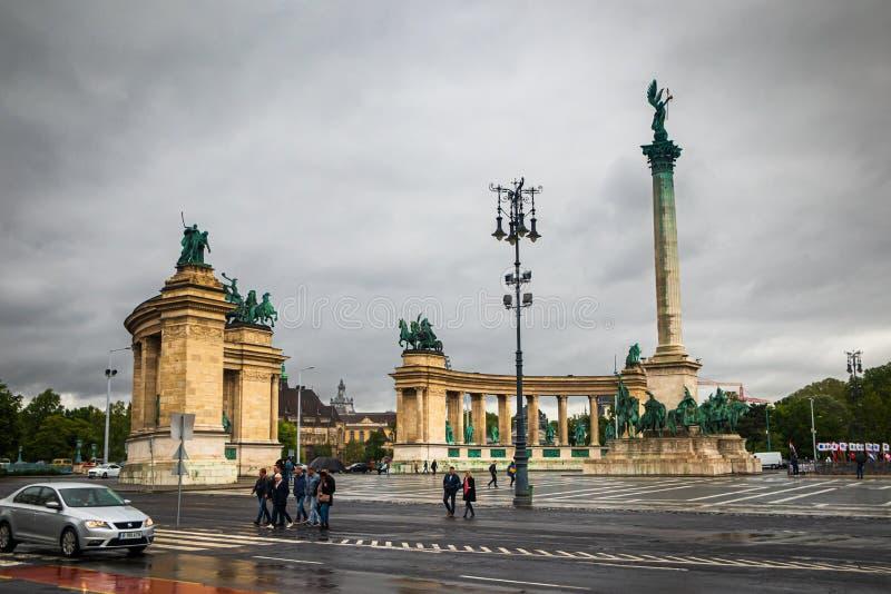 Hj?ltar kvadrerar i Budapest, molnig regndag fotografering för bildbyråer